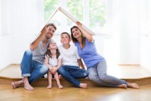 szczesliwa-rodzina-w-domu