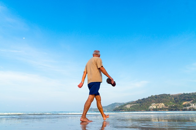 senior na plaży